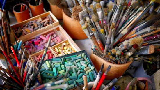 Künstlerutensilien Pinsel, Kreide, Farben