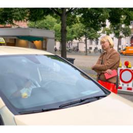 Andrea Schröder-Ehlers MdL mit Taxifahrer