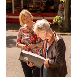 Andrea Schröder-Ehlers mit Stadtführerin der Geschichtswerkstatt