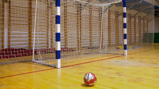 Fussballtor und Ball in einer Turnhalle