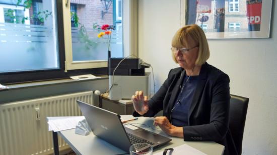 Andrea Schröder-Ehlers, MdL in einer Videokonferenz