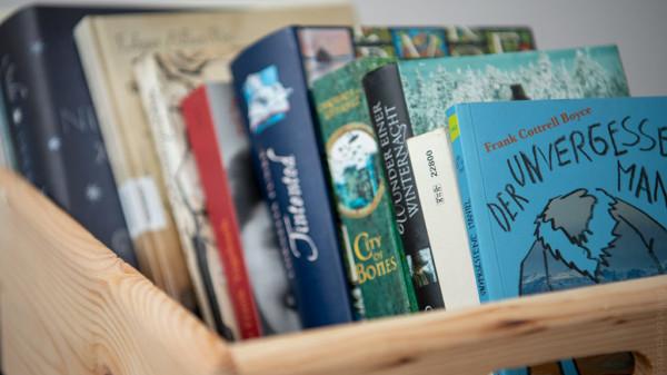 Kiste mit Büchern u.a. von Edgar Allan Poe, Anne Frank, Cornelia Funke und Patrick Süskind