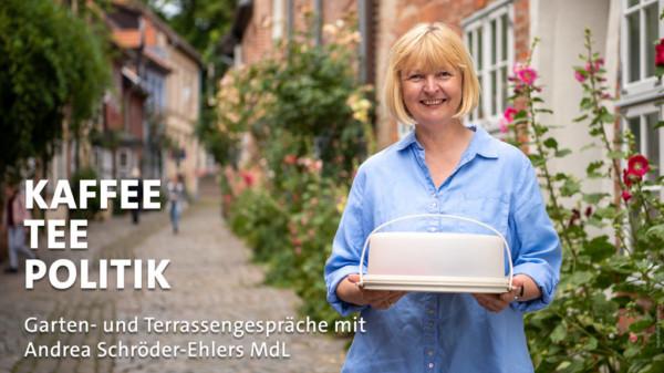 Andrea Schröder-Ehleres mit Kuchen in der Altstadt