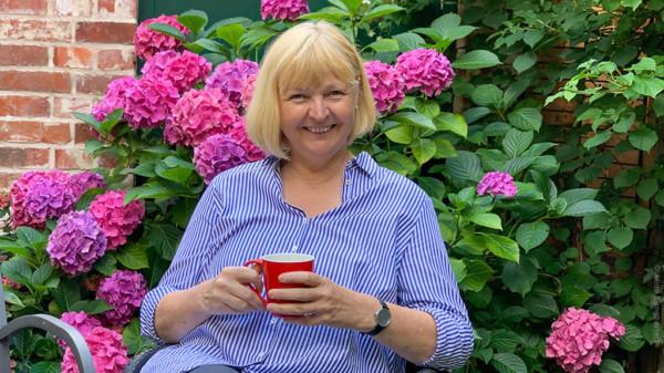Landtagsabgeordnete Andrea Schröder-Ehlers im Garten