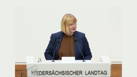 Andrea Schröder-Ehlers am Rednerpult im Niedersächsischen Landtag