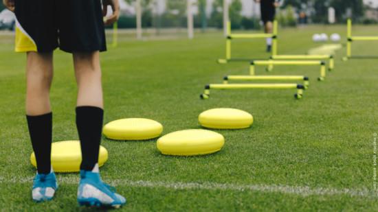 Übungsgeräte für Fussballer auf dem Rasen