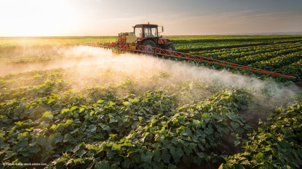 Landwirt düngt sein Feld